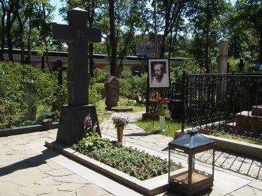 13 Moskau Donskoj Kloster Grab Scholzenizin R0019243 375x281 - Moskau 2014