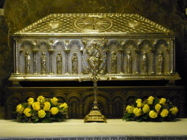 2016 Jakobsweg 48 Santiago Kathedrale Hauptaltar  Jakobusschrein 375x281 - Jakobsweg 2016