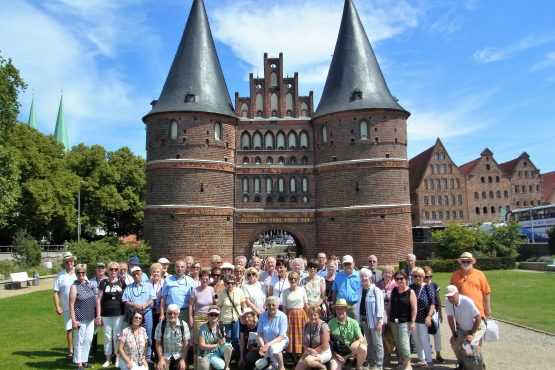 2019 VII Lübeck Holstentor RFH R0048318 555x370 - Gruppenfotos