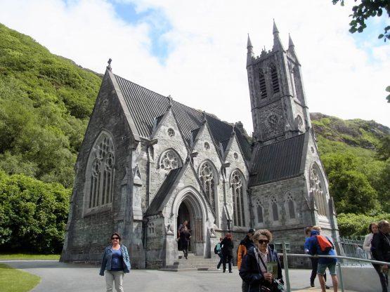 Fahrten 2018 Irland 35 Kylemore Abbey Kirche RFH R0042736 555x416 - Irland 2018