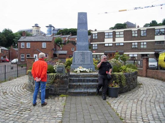 Fahrten 2018 Irland 48 Londonderry Bloody Sunday Memorial RFH R0043025 555x416 - Irland 2018
