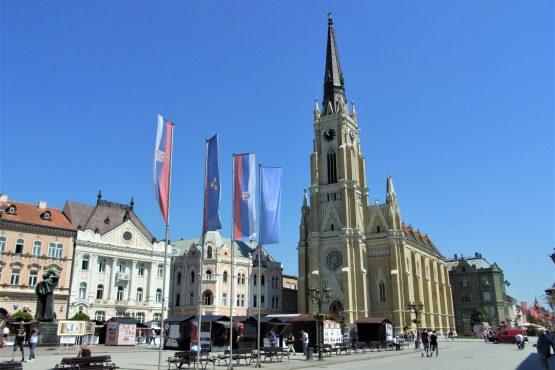 Fahrten 2018 Serbien 10 Neusatz Hauptplatz Marienkirche RFH R0041334 555x370 - Habsburgisches Serbien 2018