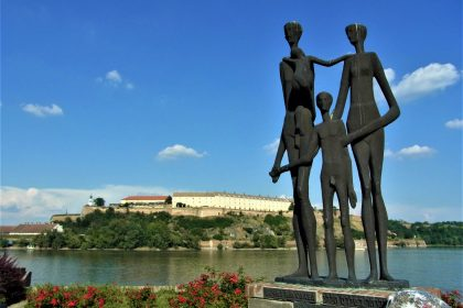 Fahrten 2018 Serbien 15 Massakermahnmal Peterwardein Festung RFH R0041380 420x280 - Habsburgisches Serbien 2018