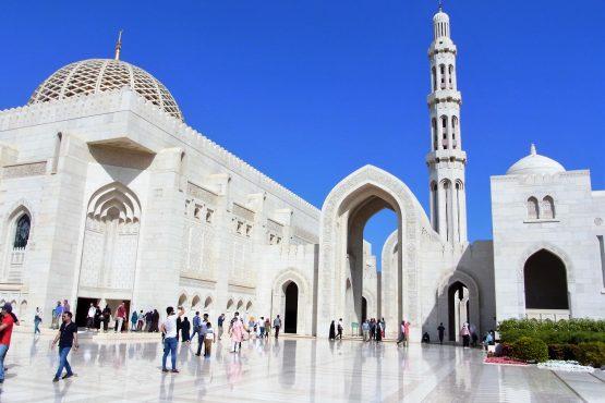 Fahrten 2019 Oman 01 Muscat Sultansmoschee RFH R0044393 555x370 - Oman 2019