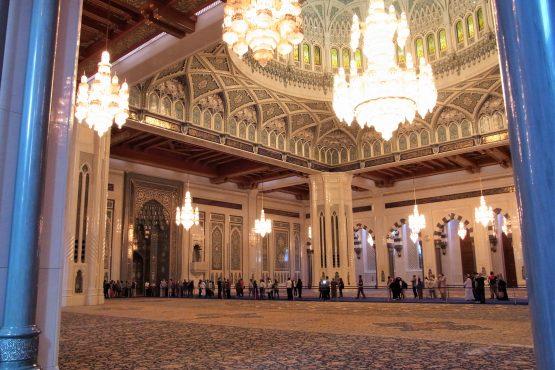 Fahrten 2019 Oman 02 Muscat Sultansmoschee RFH R0044391 555x370 - Oman 2019