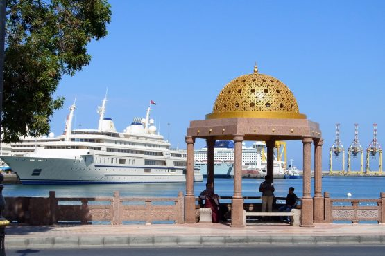 Fahrten 2019 Oman 06 Muscat Mutrah Hafen RFH R0044422 555x370 - Oman 2019