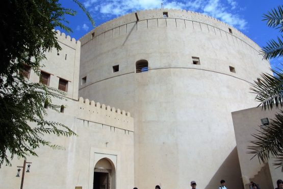 Fahrten 2019 Oman 10 Nizwa Fort RFH R0044531 555x370 - Oman 2019