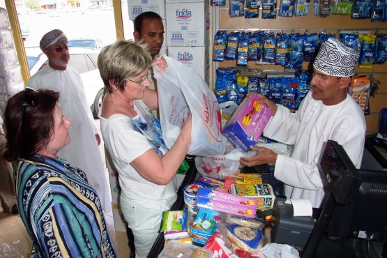 Fahrten 2019 Oman 12 Nizwa Picknickeinkauf RFH R0044540 555x370 - Oman 2019