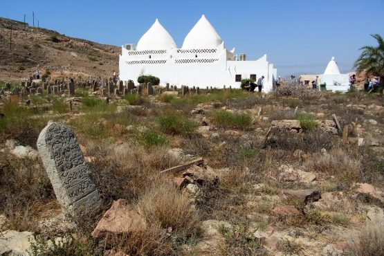 Fahrten 2019 Oman 58 Mirbat Mausoleum al Alawi RFH R0045279 555x370 - Oman 2019