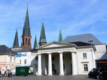 Fahrten 2019 WD 13 Oldenburg Schlossplatz Schlosswache Lampertikirche RFH R0047686 375x281 - Norddeutschland 2019