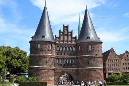 Fahrten 2019 WD 51 Lübeck Holstentor RFH R0048326 420x280 - Norddeutschland 2019