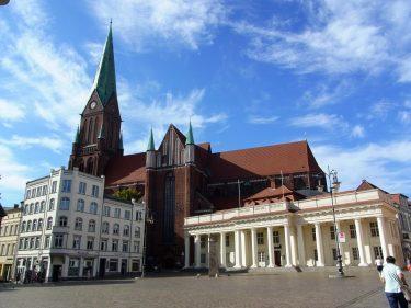 Fahrten 2019 WD 53 Schwerin Dom Markthalle RFH R0048346 375x281 - Norddeutschland 2019