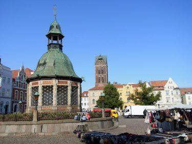 Fahrten 2019 WD 57 Wismar Marktplatz Wasserkunst RFH R0048396 375x281 - Norddeutschland 2019