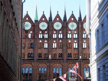 Fahrten 2019 WD 72 Stralsund Alter Markt Rathaus RFH R0048549 375x281 - Norddeutschland 2019