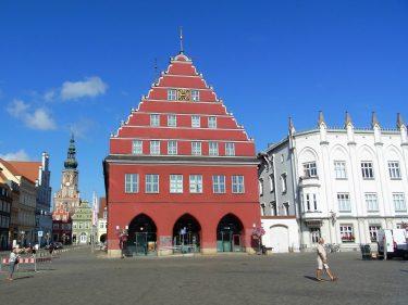 Fahrten 2019 WD 80 Greifswald Rathaus Dom St Nikolai RFH R0048730 375x281 - Norddeutschland 2019