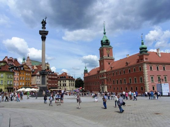 Fahrten Polen 2017 07 Warschau Schlossplatz 555x416 - Polen 2017