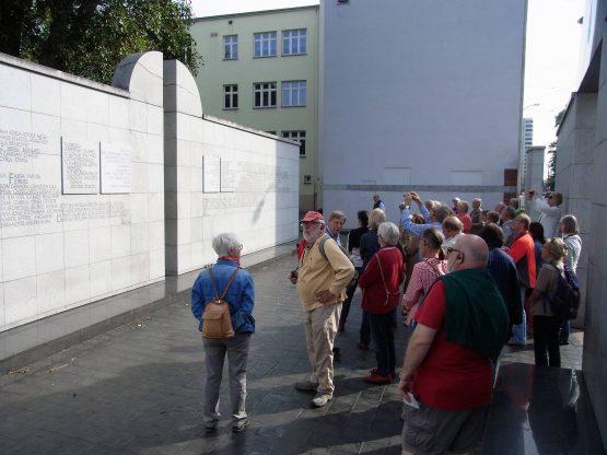 Fahrten Polen 2017 11 Warschau Umschlagplatz 555x416 - Polen 2017