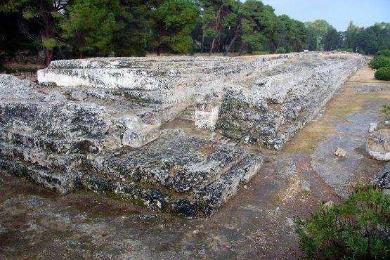 Fahrten Sizilien 2018 62 Syrakus Neapoli Altar Hieron II RFH R0040151 555x370 - Sizilien 2018