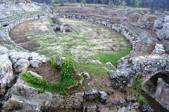 Fahrten Sizilien 2018 63 Syrakus Neapoli Amphitheater RFH R0040155 555x370 - Sizilien 2018