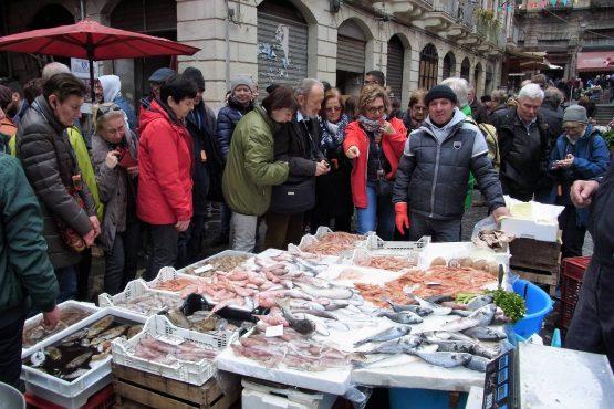 Fahrten Sizilien 2018 74 Catania Fischmarkt RFH R0040483 555x370 - Sizilien 2018